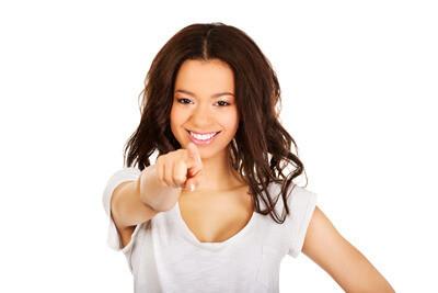 Eine Frau zeigt mit dem Finger auf SIE, um Ihnen die Möglichkeit zu geben in einem MLM System dabei zu sein.