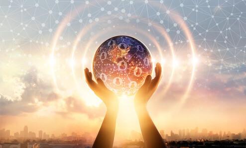 Eine Kugel in Form einer Welt mit Network Marketern wird in die Luft gehalten, um Ihnen zu zeigen was ist Network Marketing überhaupt?